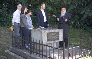 Rabbi Kolesnik speaking before offering his prayer