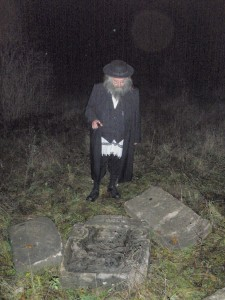 Rav Gabai with the tzadik's matzevah