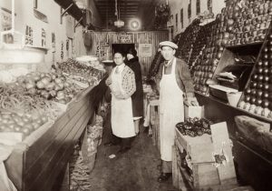 Julius Steinmetz from Rohatyn, in his grocery shop in Detroit (US), 1924