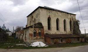 The ruined Pidhaitsi synagogue